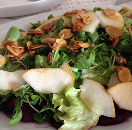 Essa salada traz amêndoas em lascas como croc croc