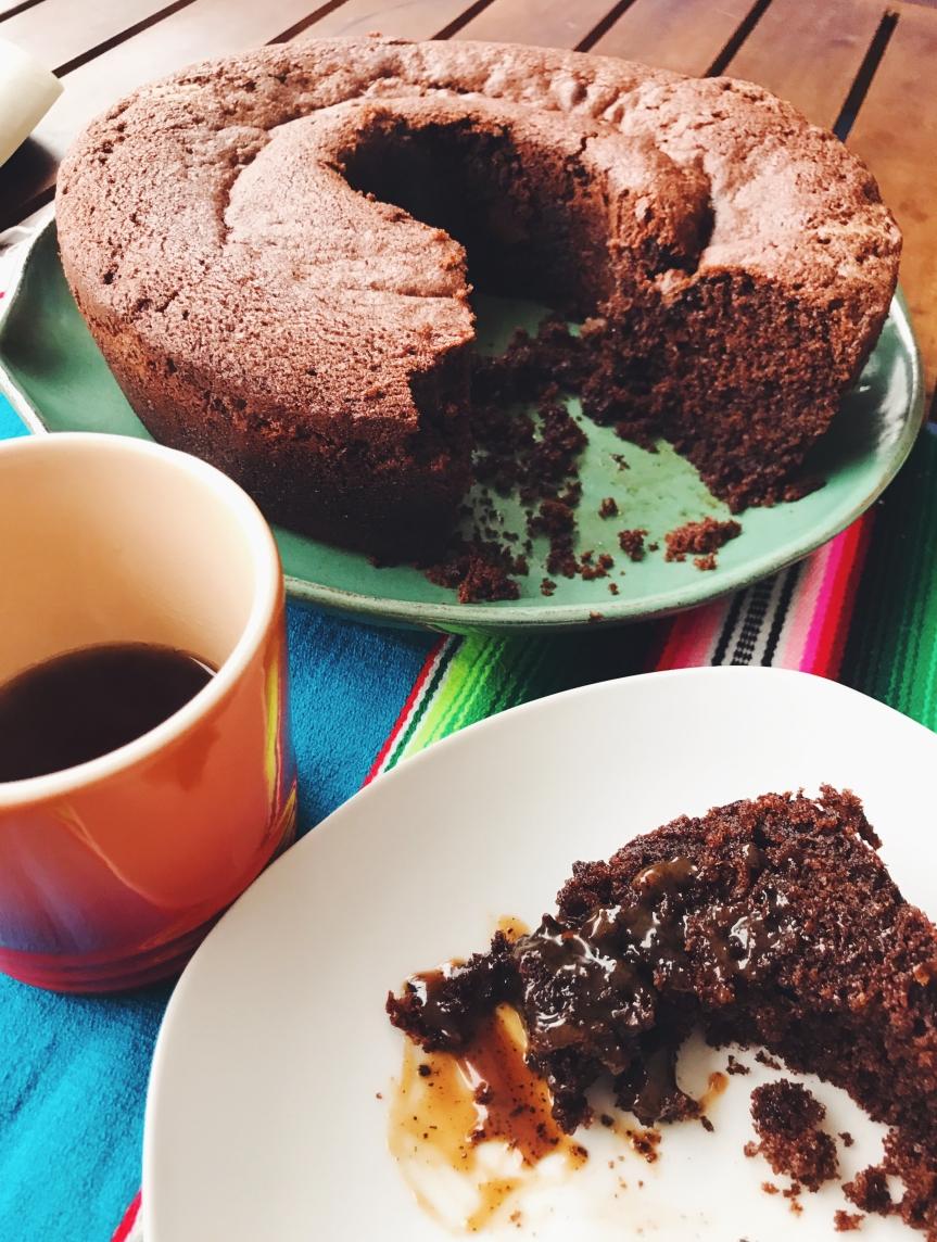 Bolo de chocolate com calda caramelo decafé
